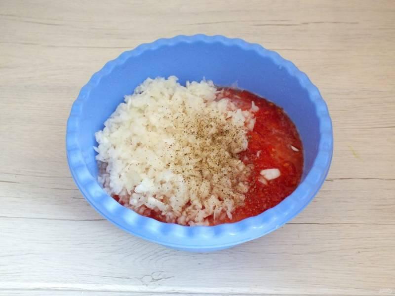 К курице переложите лук, томатное пюре. Добавьте по вкусу специи. Не солите!