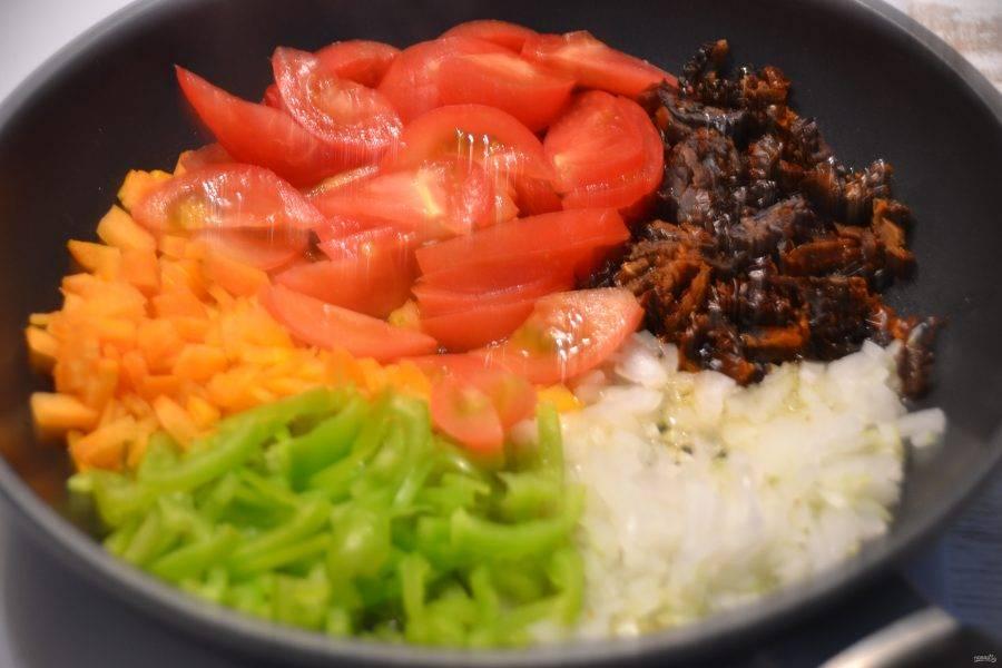 Сделайте зажарку на растительном масле из всех овощей.
