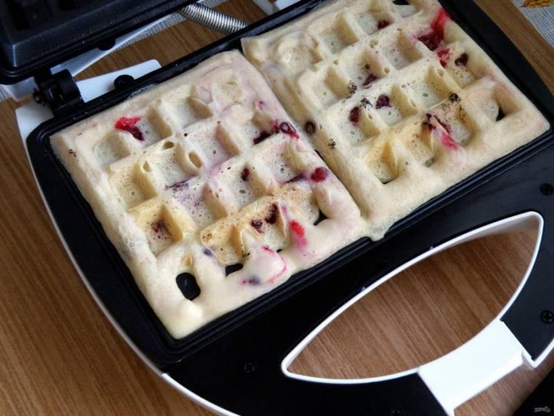 Разогреть вафельницу и выпекать вафли, выкладывая тесто по 1-2 столовой ложке.