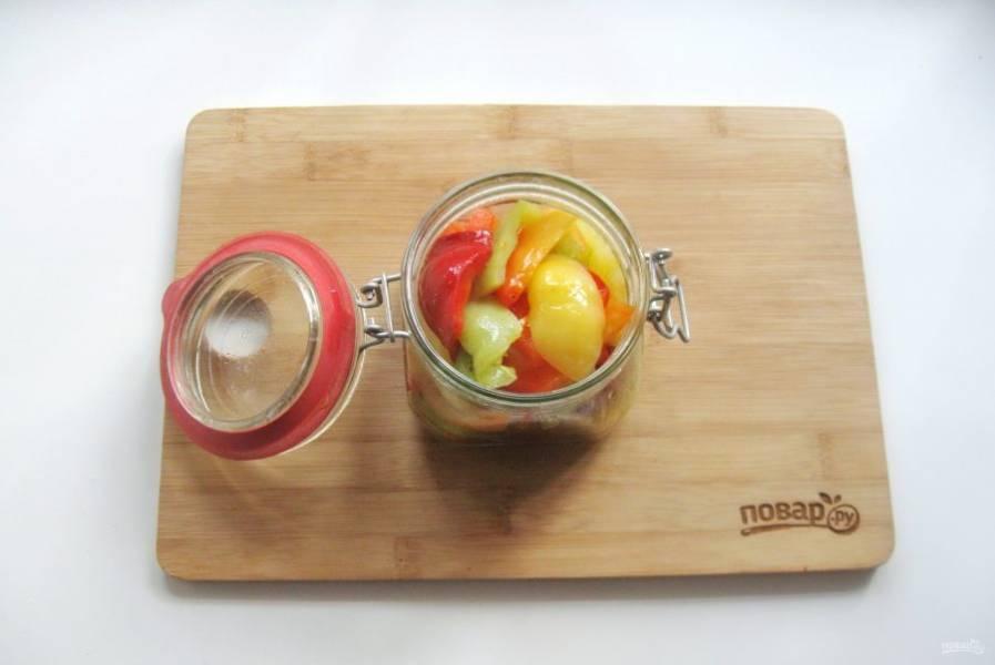 8. Варите перец 7-8 минут и выкладывайте в стерилизованную баночку.