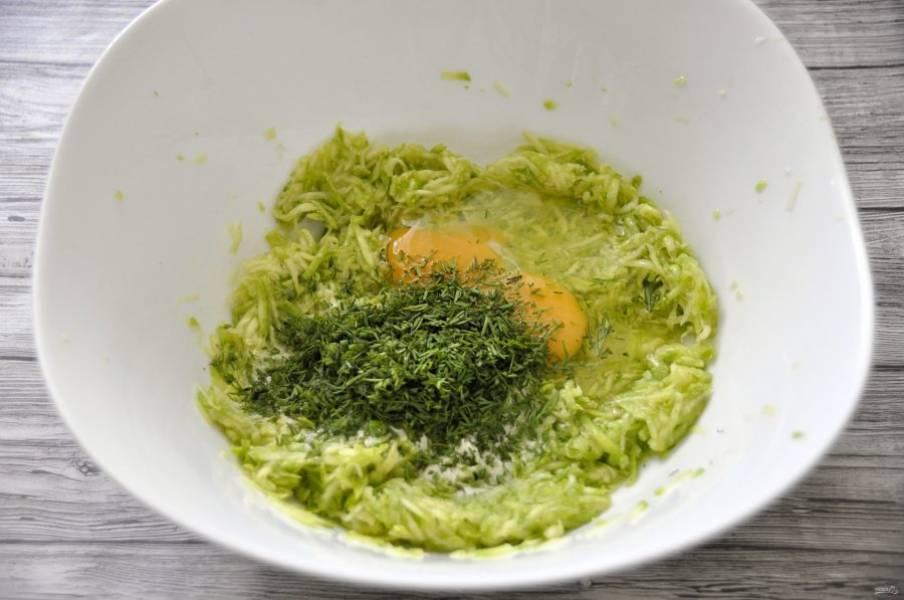 Измельчите зелень и добавьте к кабачку.