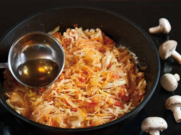5. В процессе, когда жидкость начнет выпариваться, добавьте немного бульона. Тушите капусту до любимой степени готовности: помягче или чтобы немного хрустела.