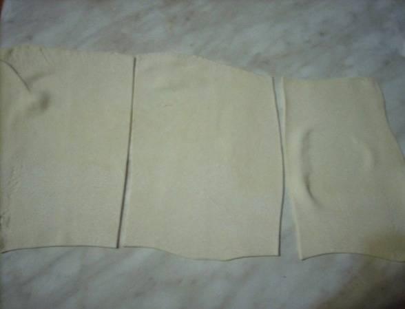 Разрезаем пласт на прямоугольники по длине чуть больше чем сосиска.