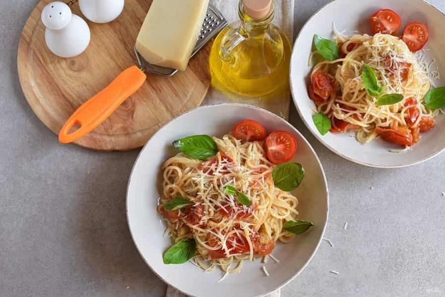 Переложите пасту на подогретые тарелки, присыпьте тертым пармезаном и украсьте свежим базиликом. Сразу подавайте к столу.