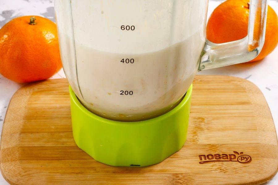 Взбейте содержимое емкости на пульсирующем режиме примерно 2-3 минуты, чтобы кусочки мандарина тщательно измельчились.