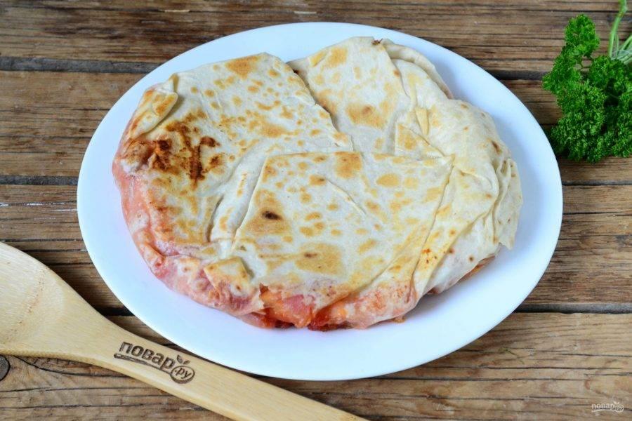 Пицца в лаваше на сковороде готова. Кушайте с удовольствием!