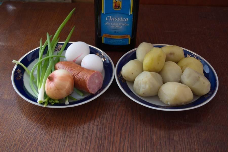 Для приготовления картофельных котлет нам нужно: картофель отварной в мундире, яйцо куриное, варено-копченая колбаса, репчатый лук, зеленый лук, растительное масло, мука пшеничная, соль.