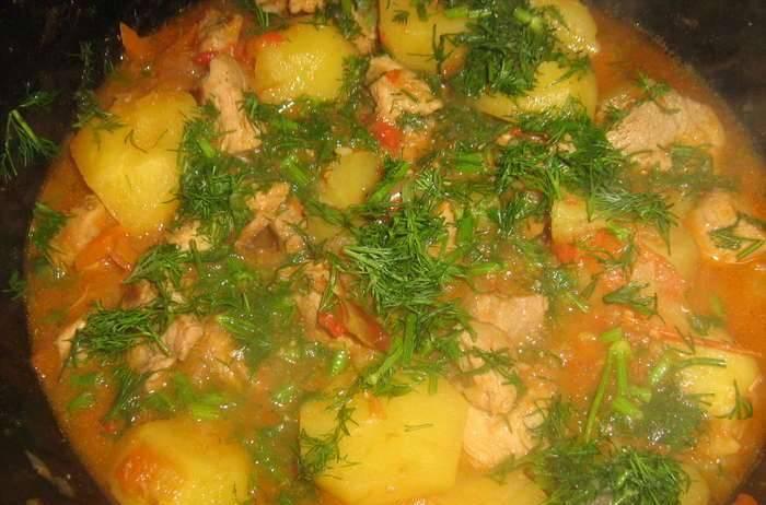 К кипящему мясу с овощами выкладываем порезанный кубиками картофель. Готовить до готовности картофеля, посолив по вкусу. За несколько минут до готовности добавьте измельченную зелень.