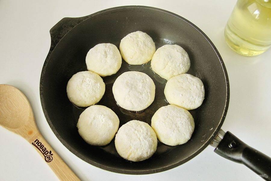 В сковороде разогрейте масло и выложите подготовленные сырники.