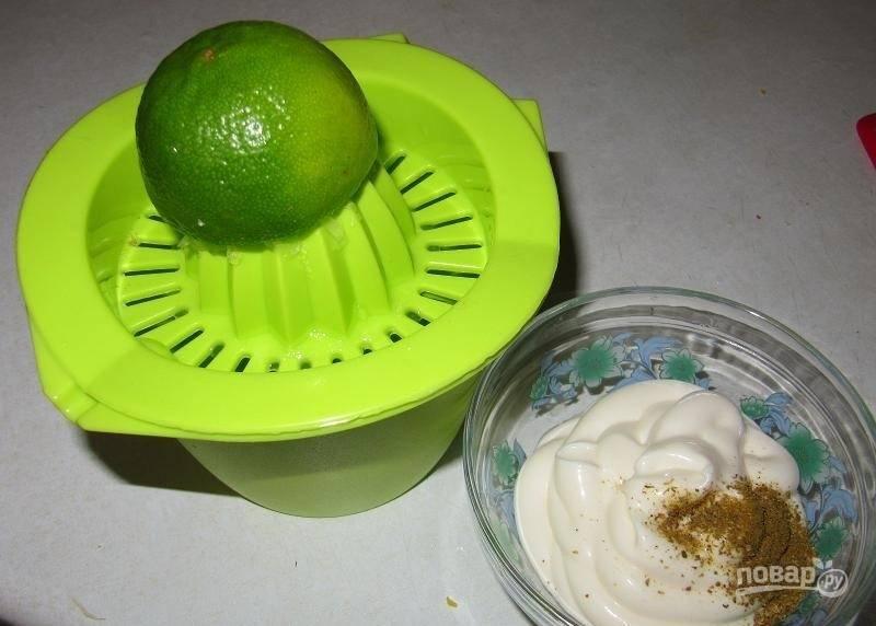 Сделайте заправку из майонеза, перца, соли и карри. А также добавьте сок одного лайма. Хорошо перемешайте.