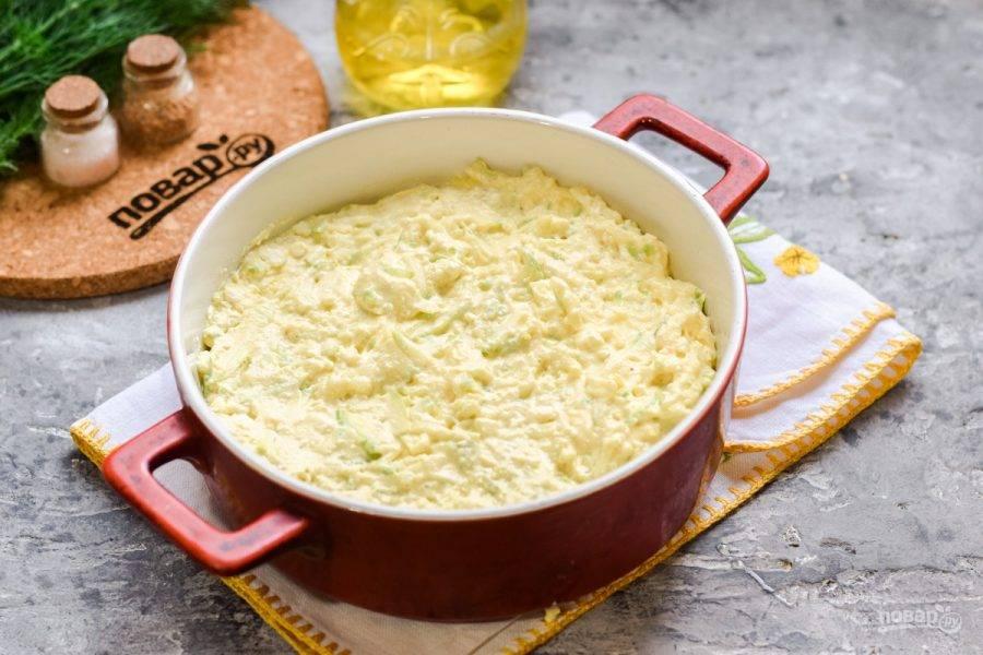 Перемешайте все ингредиенты. Форму для духовки смажьте маслом, выложите тесто. Запекайте 30-35 минут.