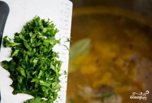 Затем добавьте свежую зелень, погасите огонь. Уха с креветками должна немного настояться. И можете подавать к обеденному столу!
