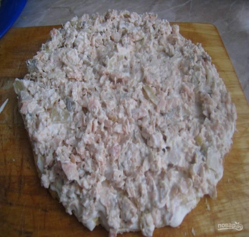 6. Теперь на коржи выкладываем начинку и промазываем хорошо майонезом. Сразу выкладываем слабосоленую горбушу (если у вас свежемороженная, отварите ее до готовности, около 20 минут).