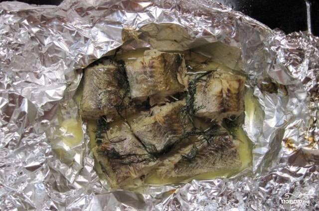 После 30 минут запекания, достаем противень, разворачиваем фольгу и ставим обратно в духовку на 15-20 минут. Таким образом рыбка приобретет аппетитную румяную корочку.