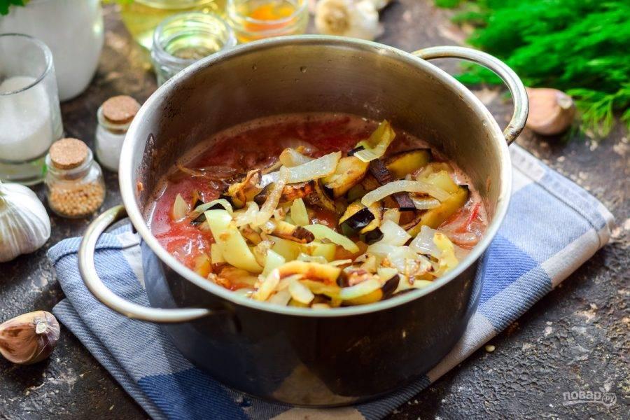 Переложите в кастрюлю жареные овощи.