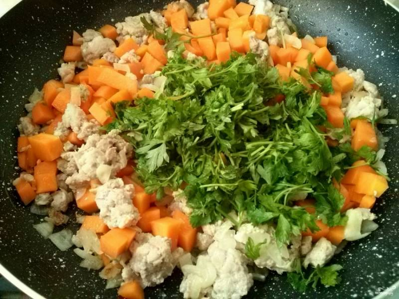 6.     Мелко порубите зелень, добавьте в начинку, перемешайте.