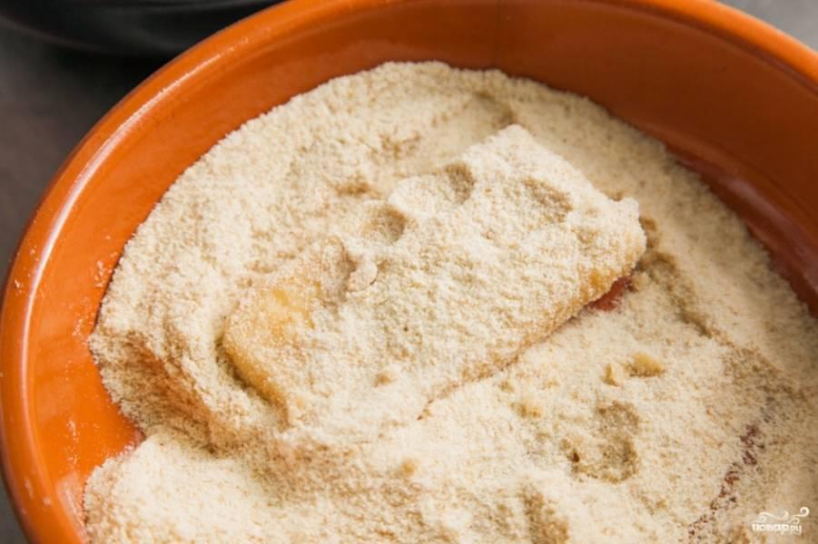 Теперь отправьте сыр в сухари еще раз, хорошенько его в них изваляв. Такая двойная панировка будет крепко держать растекающийся и плавящийся сыр во время жарки и образует отличную хрустящую корочку.