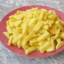 Картофель нарезаем кубиками либо соломкой.
