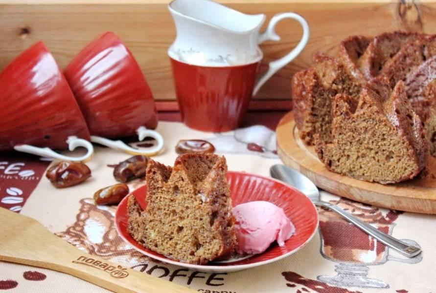 Тоффи пудинг немного охладите и подавайте к чаю или с мороженым.