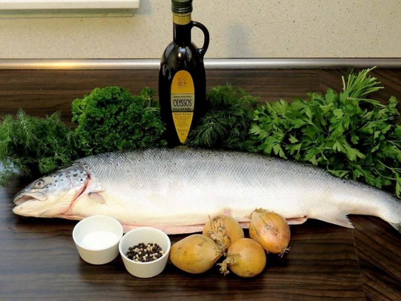 1. Рыбу вымыть, очистить от чешуи и внутренностей. Для праздничного стола лучше всего запекать рыбку целиком, с головой.