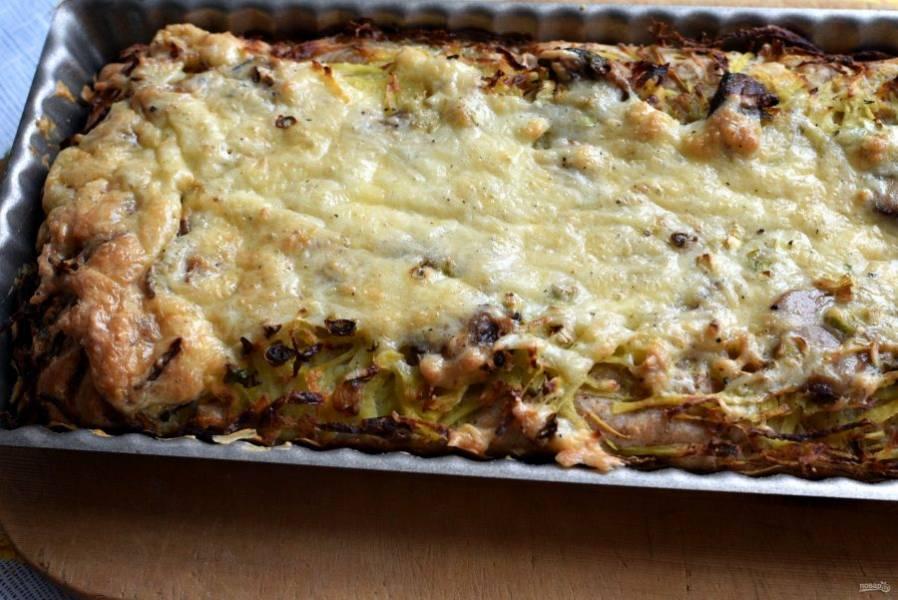Готовый пирог выньте на лоску, дайте слегка остыть и подавайте теплым.