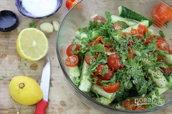 5. Измельчите перец без семян и зелень. Выжмите сок лимона, добавьте чеснок, соль и перец по вкусу.