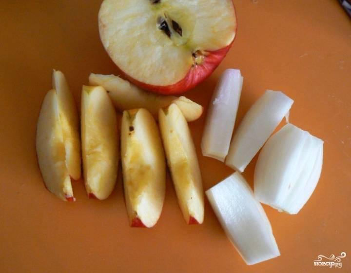 Яблоки промойте, удалите у них семечки. Нарежьте дольками.