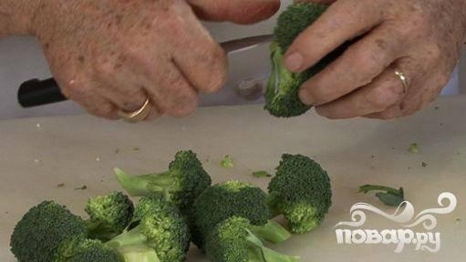 1.Помойте и разделите брокколи на соцветия, которые удобно будет съесть за один укус.