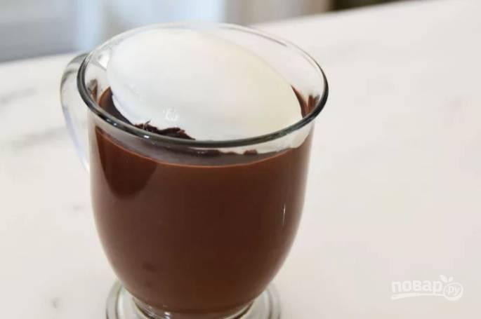Перелейте шоколад в порционную посуду и сверху выложите сливки. Подавайте сразу же.