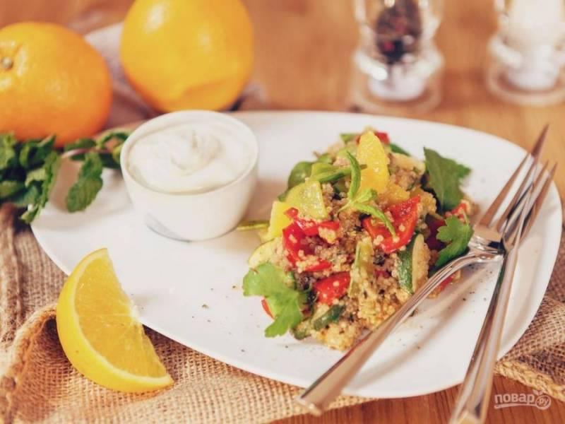 Заправьте салат соком лимона и одного апельсина. Всё перемешайте. Приятного аппетита!