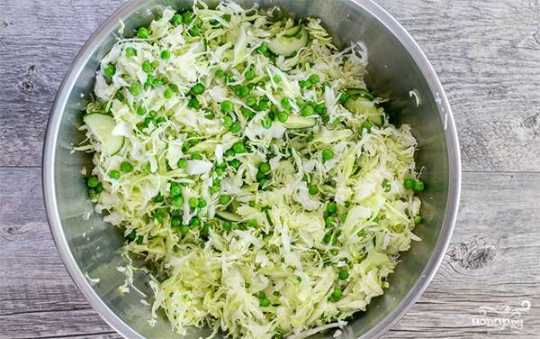 3. Заправьте салат оливковым маслом, яблочным и белым уксусом. Посолите и поперчите. Перемешивать салат нужно непосредственно перед подачей, иначе овощи выпустят слишком много сока.