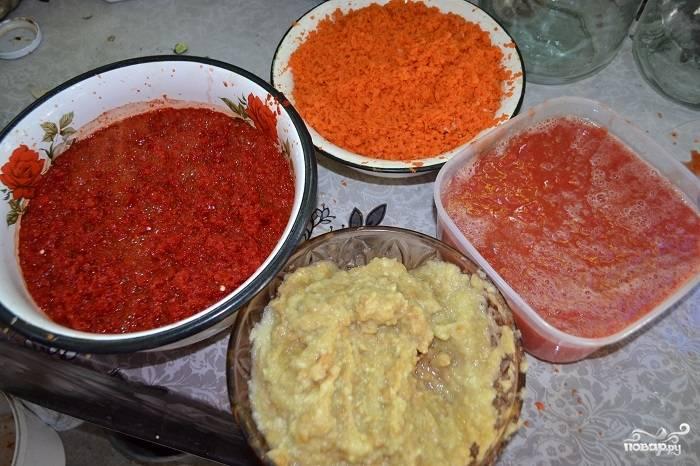 Затем измельчите с помощью мясорубки (или блендера) перец сладкий, помидоры, яблоки и морковку. Все перемешайте в большой кастрюле и варите на среднем огне около часа.
