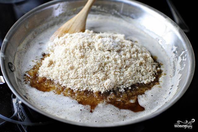 1. В большой миске смешать коричневый сахар и белый сахар. Нагреть сливочное масло в средней кастрюле, пока оно не приобретет коричневый цвет, и добавить сахар. Оставить в сторону и дать смеси остыть в течение примерно 10 минут.