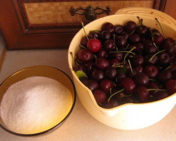 1. Пора летних ягод и самое время делать заготовки на зиму. Вишни варятся по тому же принципу, как абрикосы.  Соотношение ягод и сахара - 1:1.