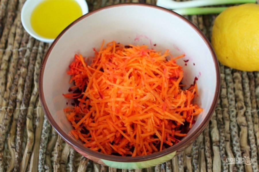 Добавляем тертую морковь.