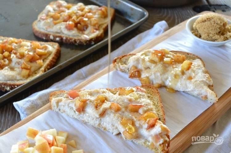 7.Достаньте противень из духовки и сразу полейте гренки оставшимся медом, приятного аппетита.