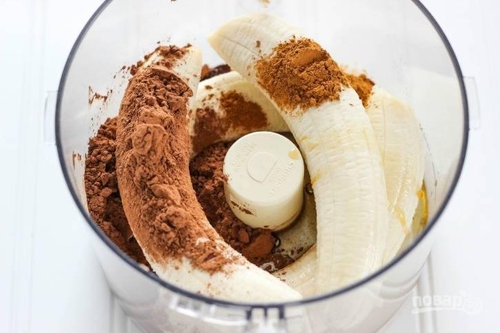 В чашу миксера выложите очищенные бананы, добавьте нектар, корицу, ванилин и какао. Все хорошо взбейте до однородной массы.