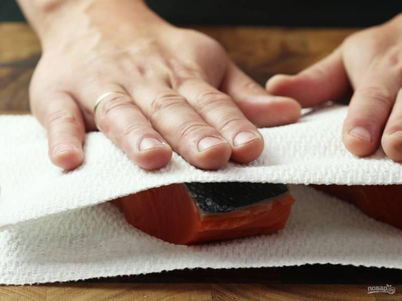 1.Вымойте филе семги и разрежьте его на кусочки. Хорошенько промойте рыбку и оботрите салфетками с двух сторон.