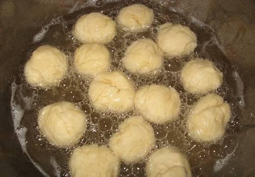 """7. Далее нужно скатать небольшую часть теста """"колбаской"""" и нарезать кусочками. Сформировать шарики и обжарить в растительном масле."""