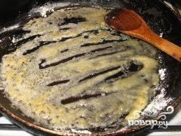 На другой сковородке пассируем 2 ст ложки муки на сливочном масле до слегка золотистого цвета, затем добавляем в нее грибного отвара. Количество отвара зависит от того, какой густоты вы хотите получить подливку. Я добавляла примерно 1 стакан отвара. Провариваем получившийся соус минут 5. Солим и перчим по вкусу.