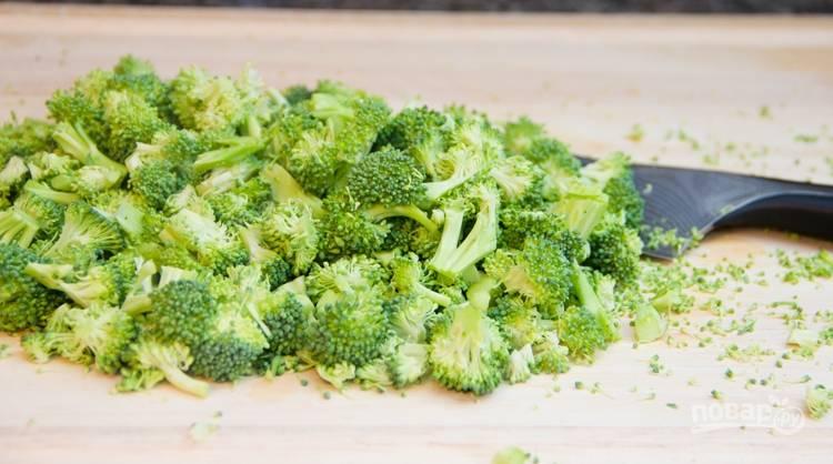 Соцветия брокколи измельчите, натрите морковь и сыр.
