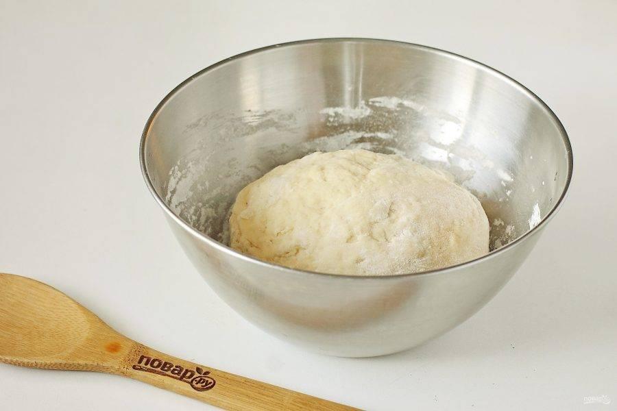Муки может уйти чуть больше или меньше чем указано в рецепте, готовое тесто должно быть достаточно упругим, но эластичным. Соберите его в шар, накройте полотенцем и дайте полежать 20 минут. Перед тем как начнете с ним работать, вымешайте его еще раз.