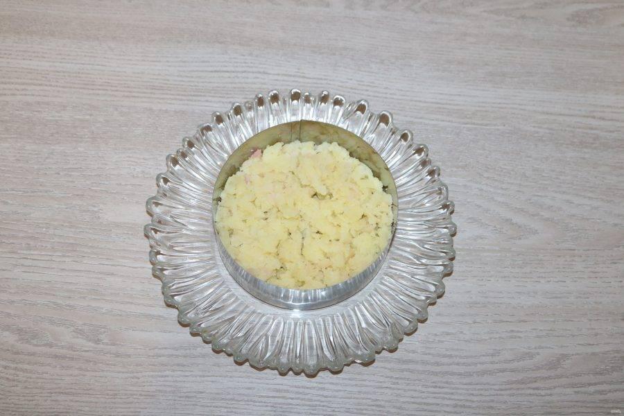 Салат выкладывайте слоями. Можете воспользоваться сервировочным кольцом. Каждый слой промазывайте слегка майонезом. 1 слой - тертый на крупной тёрке картофель.