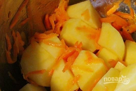 Картофель промойте, очистите и порежьте кубиками. Добавьте в кастрюлю.