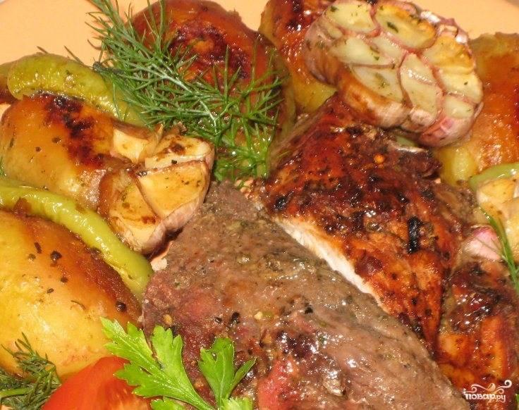 Когда мясо уже будет на стадии полуготовности, откройте фольгу и выложите на нее овощи и чеснок. Запекайте до полной готовности еще пятьдесят минут.