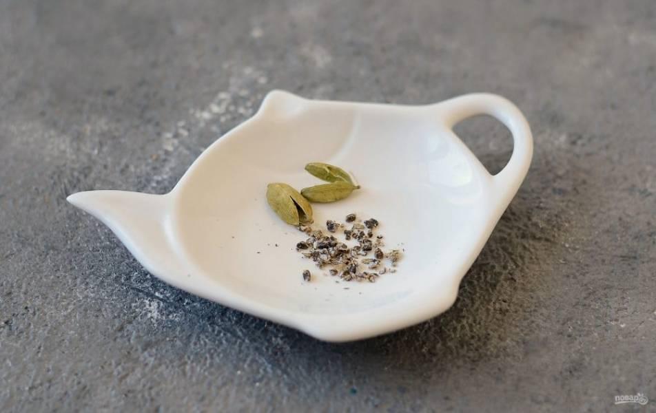 Стручки кардамона раздавите ножом или в ступке, чтобы они раскрыли аромат.