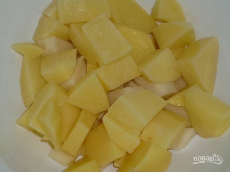 Картофель вымойте под проточной водой, очистите его от кожуры. Нарежьте корнеплоды на небольшие кубики.