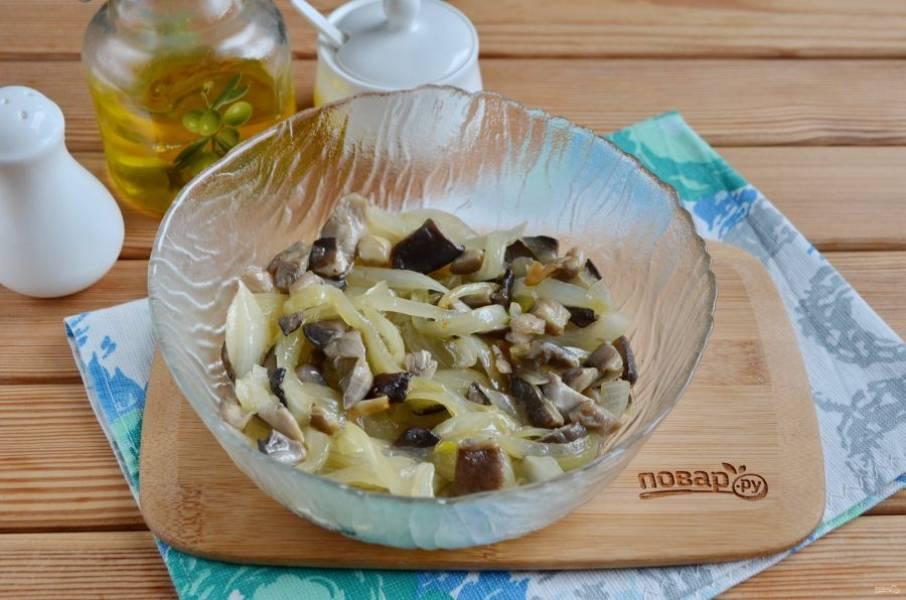 5. В салатник положите готовые грибы с луком, постарайтесь максимально отцедить их от масла.