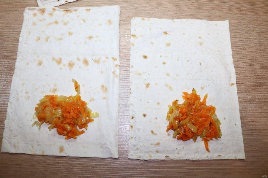 Лаваш разрежьте на 8 кусочков. На кусочек лаваша положите 1 ст. ложку моркови с луком.