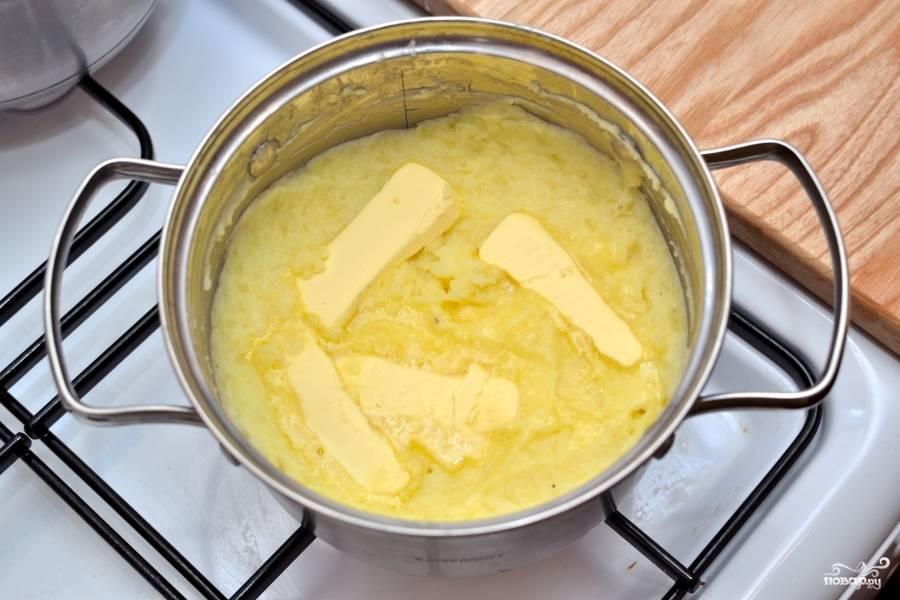 Затем добавьте сливочное масло и перемешайте. Вот ваше пюре картофельное с молоком готово!